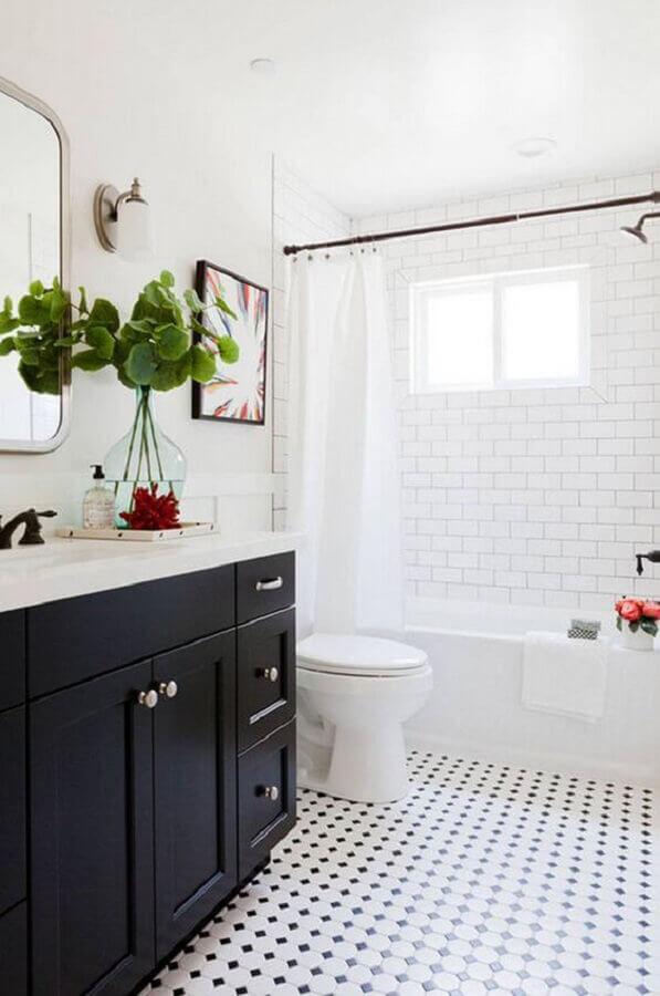 banheiro branco e preto decorado com piso retrô Foto Eu Capricho