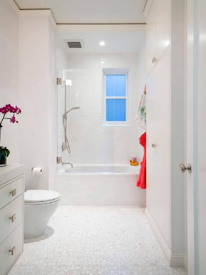 banheiro todo branco com banheira Foto Decor Assentos