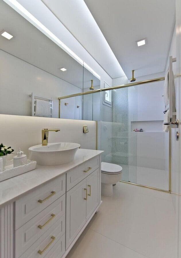 banheiro todo branco decorado com detalhes em dourado Foto Espaço do Traço Arquitetura