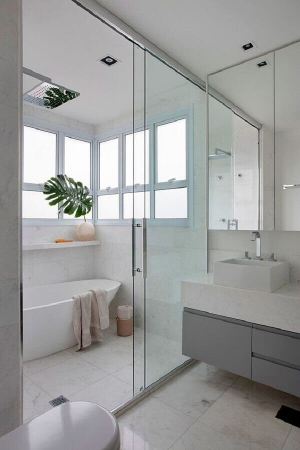 banheiro todo banco decorado com armário planejado cinza Foto Casa de Valentina