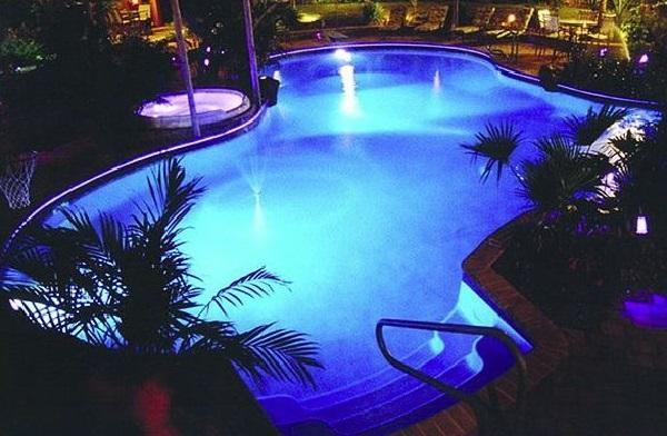 Invista na iluminação da sua piscina e crie um efeito incrível