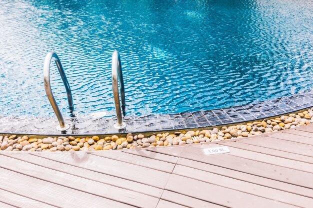 Borda de piscina com pedras