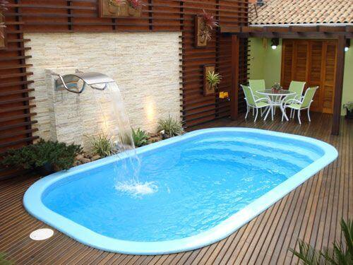 Borda de piscina de fibra pequena com cascata de água