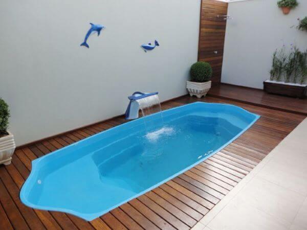 Borda de piscina de fibra com deck de madeira