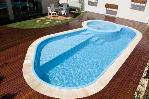 Borda de piscina de fibra com pedra mineira