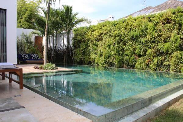 Borda de piscina no jardim com acabamento diferenciado
