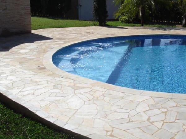 Borda de piscina com pedra são tome