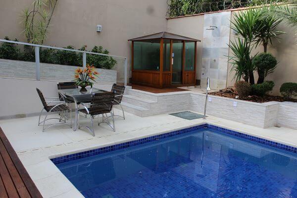 Borda de piscina com piso atérmico