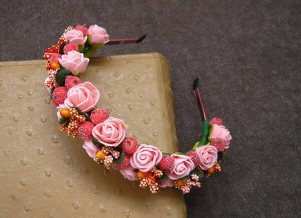 Tiara feita com flores de EVA