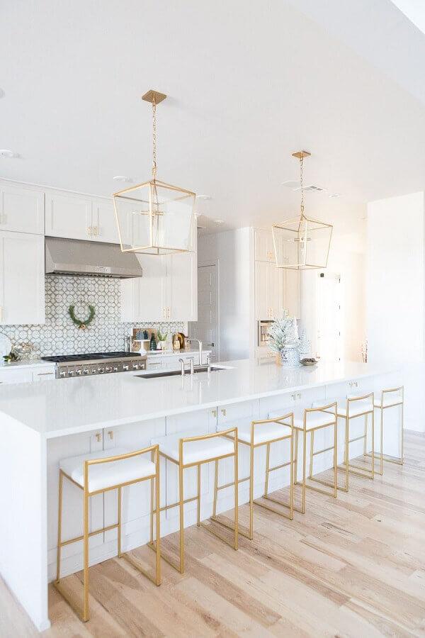 cozinha conceito aberto com ilha decorada toda branca com detalhes dourados Foto Pinterest