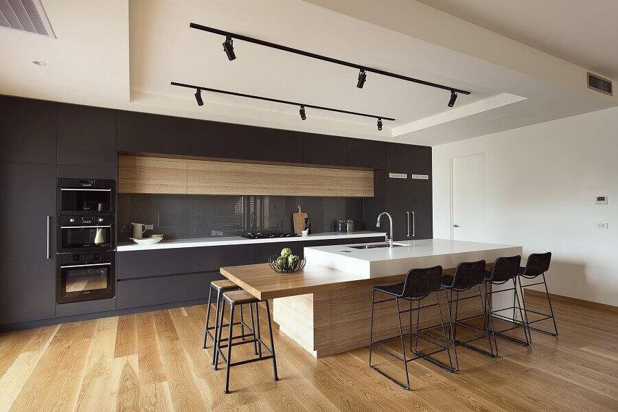 cozinha conceito aberto moderna com armários planejados pretos com acabamento fosco Foto HomeDSGN