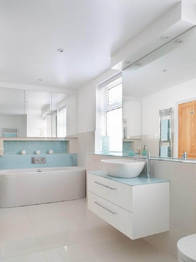 decoração clean para banheiro branco e azul claro Foto Decor Assentos