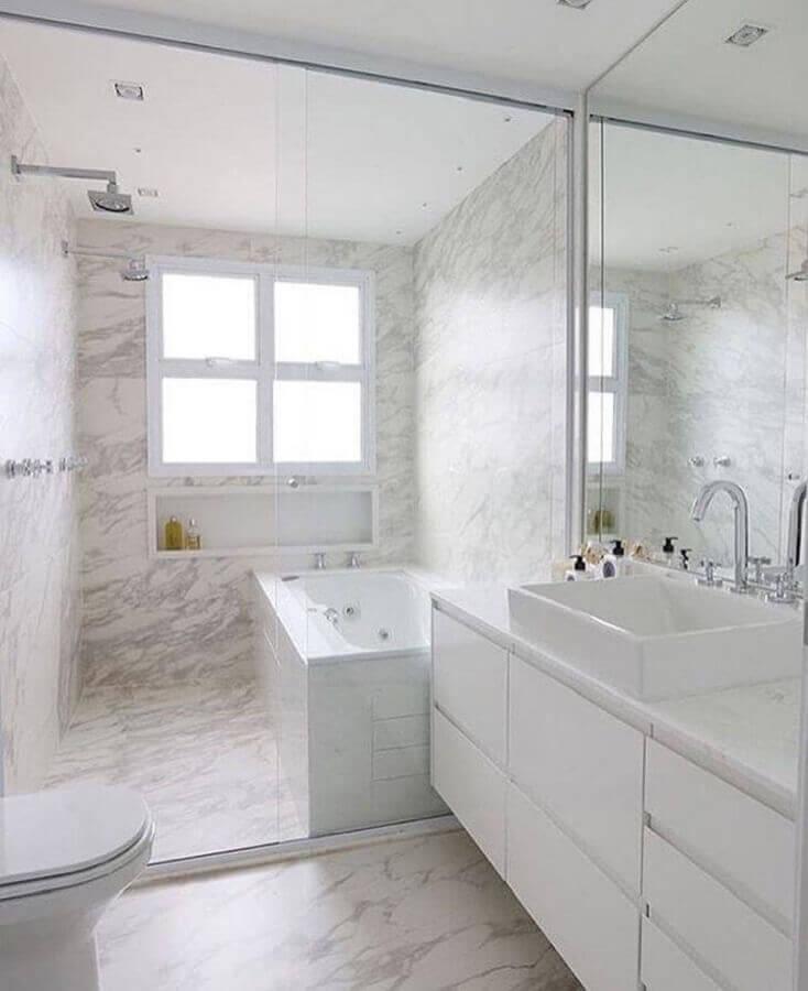 decoração clean para banheiro todo branco com banheira Foto GF Projetos