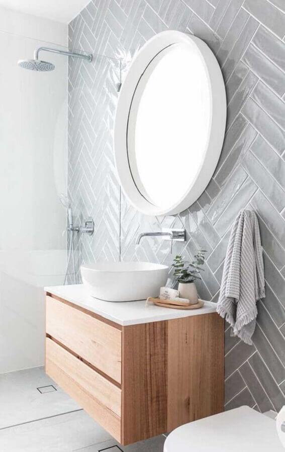 decoração com armário de madeira para banheiro branco e cinza Foto Pinosy
