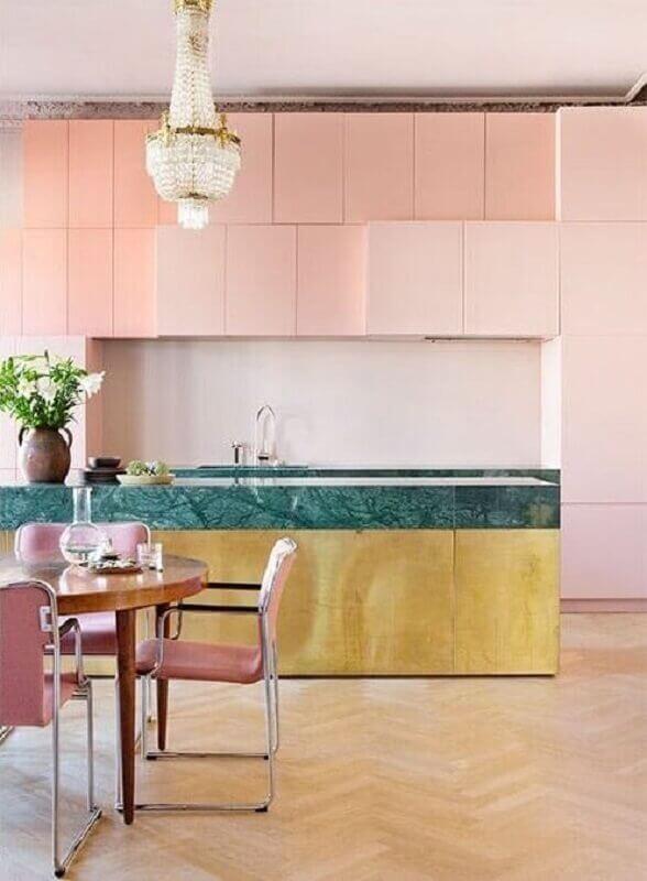 decoração com armários planejados rosa e bancada verde para cozinha conceito aberto com ilha Foto The Nordroom
