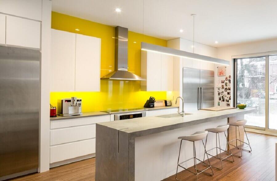 decoração em branco e amarelo para cozinha conceito aberto com ilha de cimento queimado Foto Notey