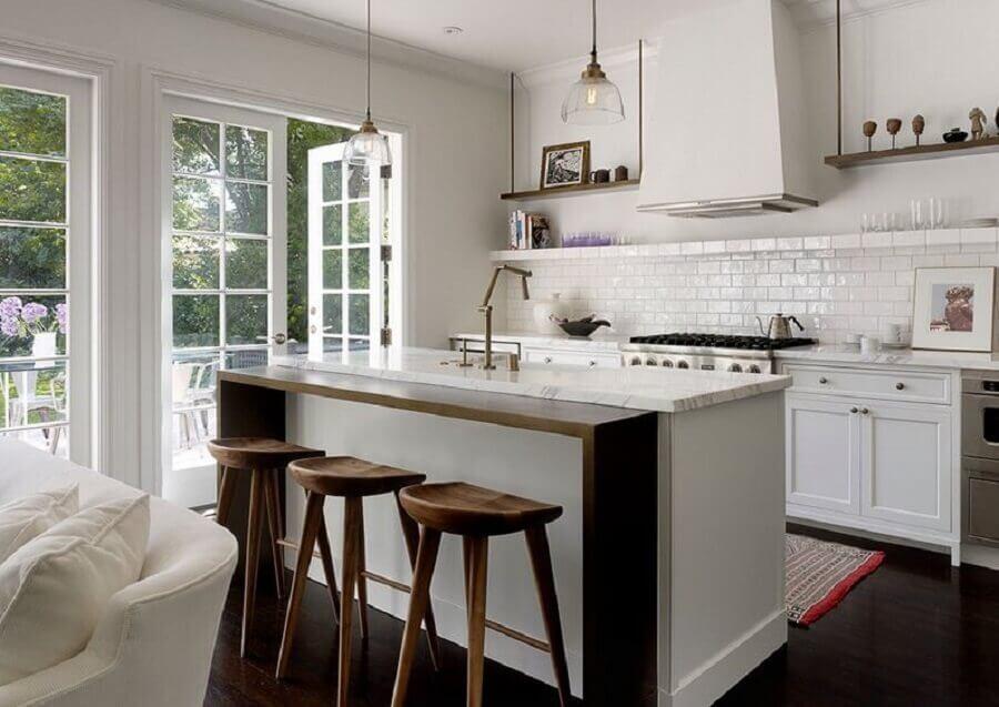 decoração estilo clássico para cozinha em conceito aberto com ilha Foto Homedit