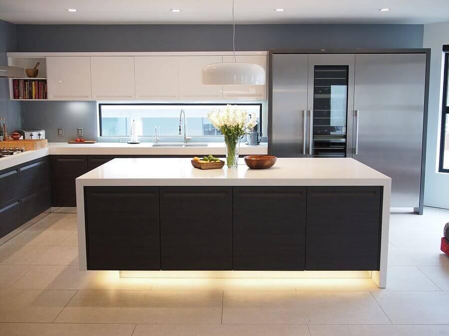 decoração moderna para cozinha conceito aberto com ilha e iluminação embutida Foto Decor Renewal