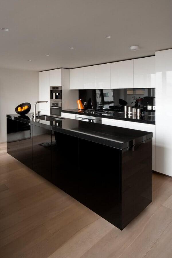 decoração moderna para cozinha conceito aberto com ilha preta e armários brancos planejados Foto InDizajn