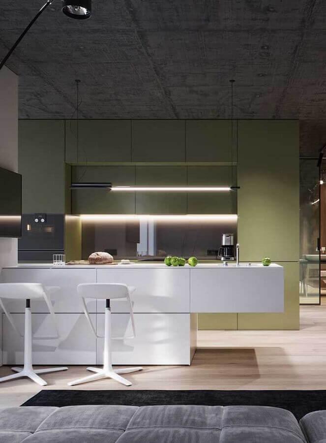 decoração moderna para cozinha conceito aberto planejada com ilha branca e armários verdes Foto Pinterest