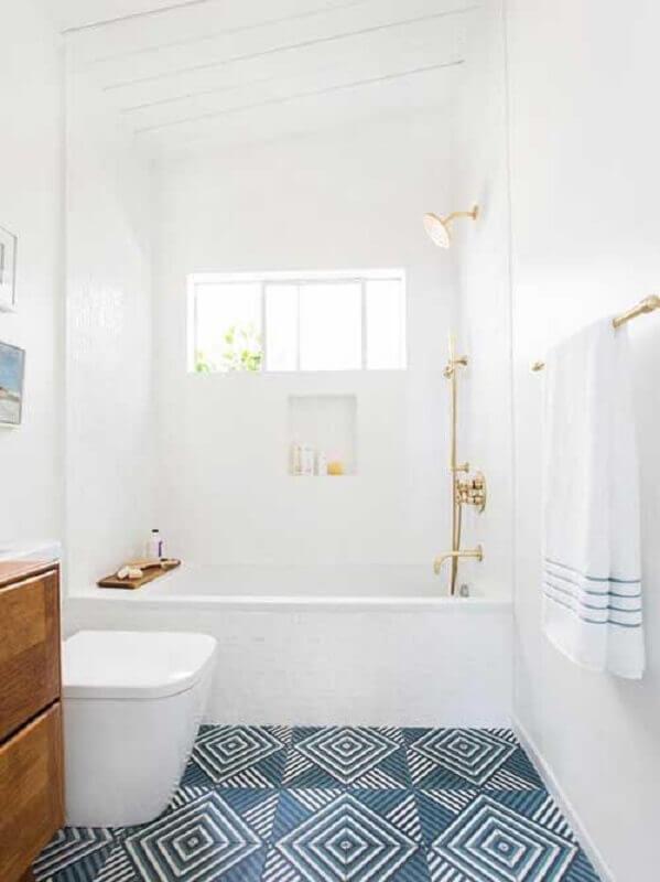 decoração para banheiro branco com piso geométrico azul Foto Sua Decoração