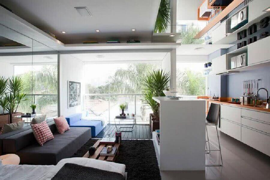 decoração para cozinha conceito aberto planejada com sala decorada com sofá sem braço Foto Casa de Valentina