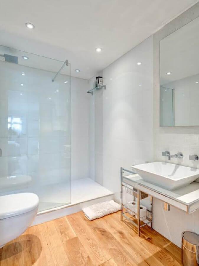 decoração simples para banheiro branco com piso de madeira Foto Home & Garden
