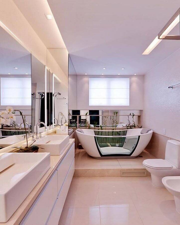 decoração sofisticada para banheiro branco com banheira Foto Claudia Pimenta Arquiteta