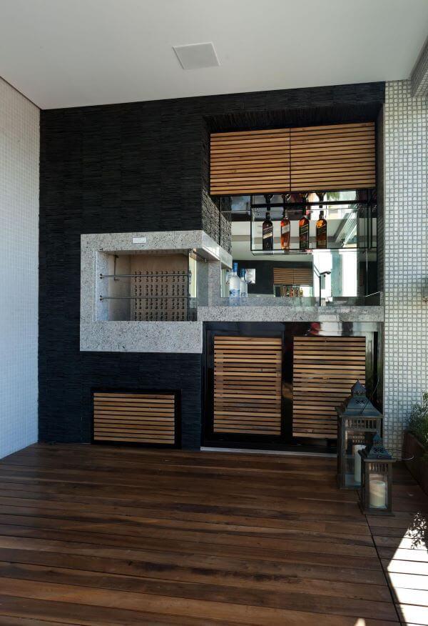 Decoração de varanda com churrasqueira e revestimento de granito