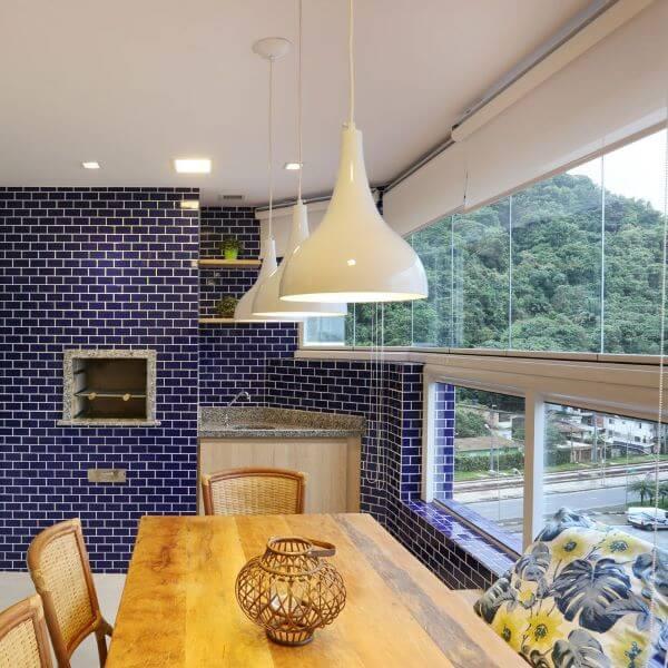 Decoração moderna de varanda com churrasqueira