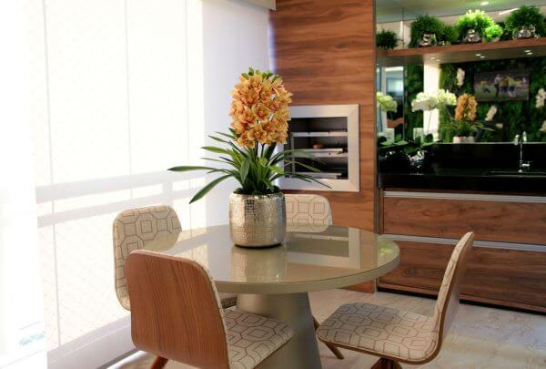 Varanda com churrasqueira e mesa redonda