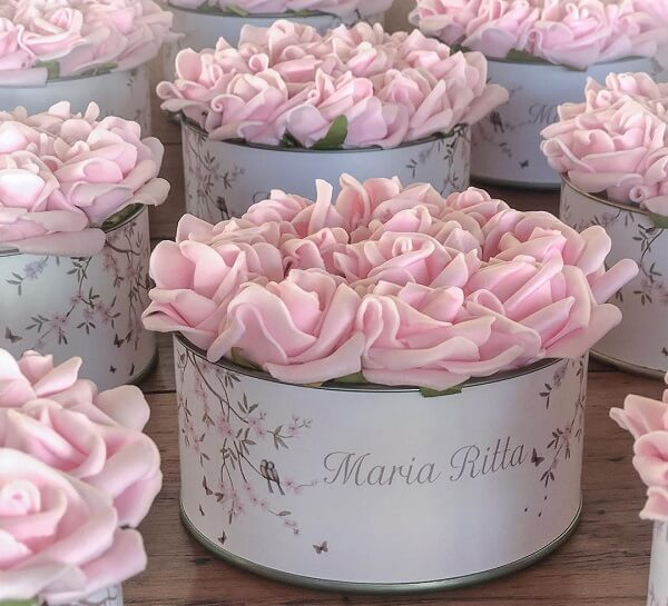 Forme lindas lembrancinhas com potes de alumínio e flores de EVA