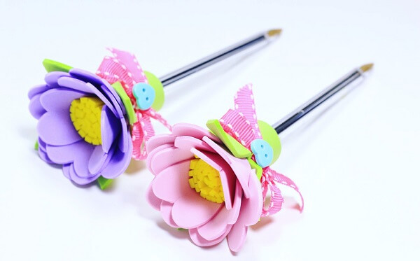 Flores de EVA enfeitam o topo da caneta