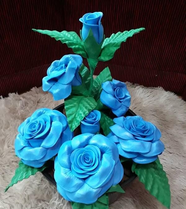 Arranjo feito com flores de EVA em tom azul
