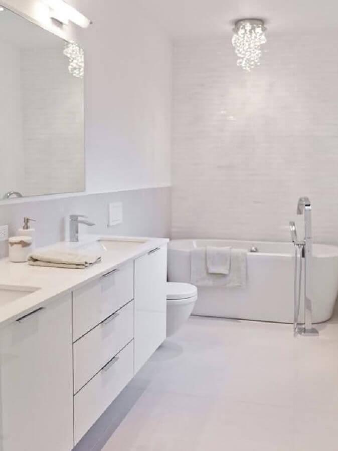listre de cristal para banheiro todo branco com banheira Foto Pinterest