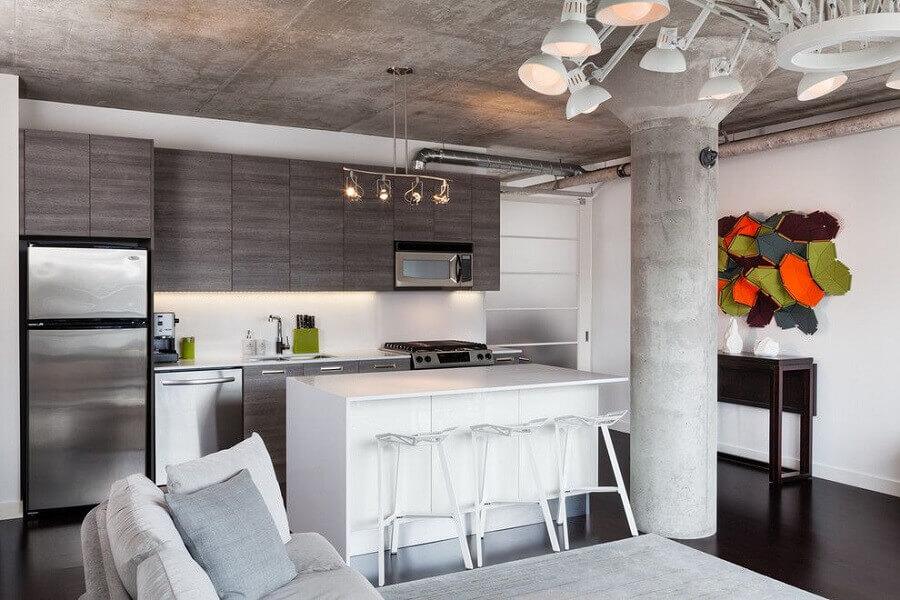sala e cozinha conceito aberto decoradas com teto de cimento queimado e piso preto Foto Architizer