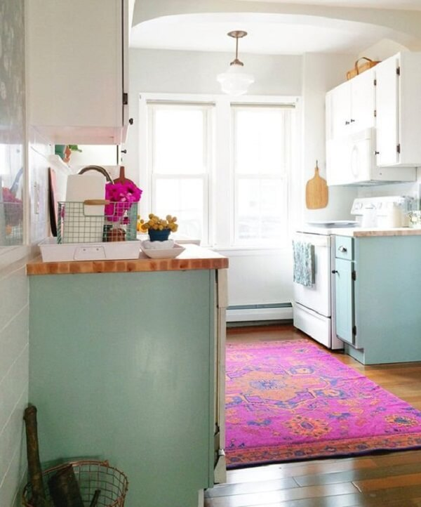 A cozinha ganhou um toque especial com a presença do tapete rosa
