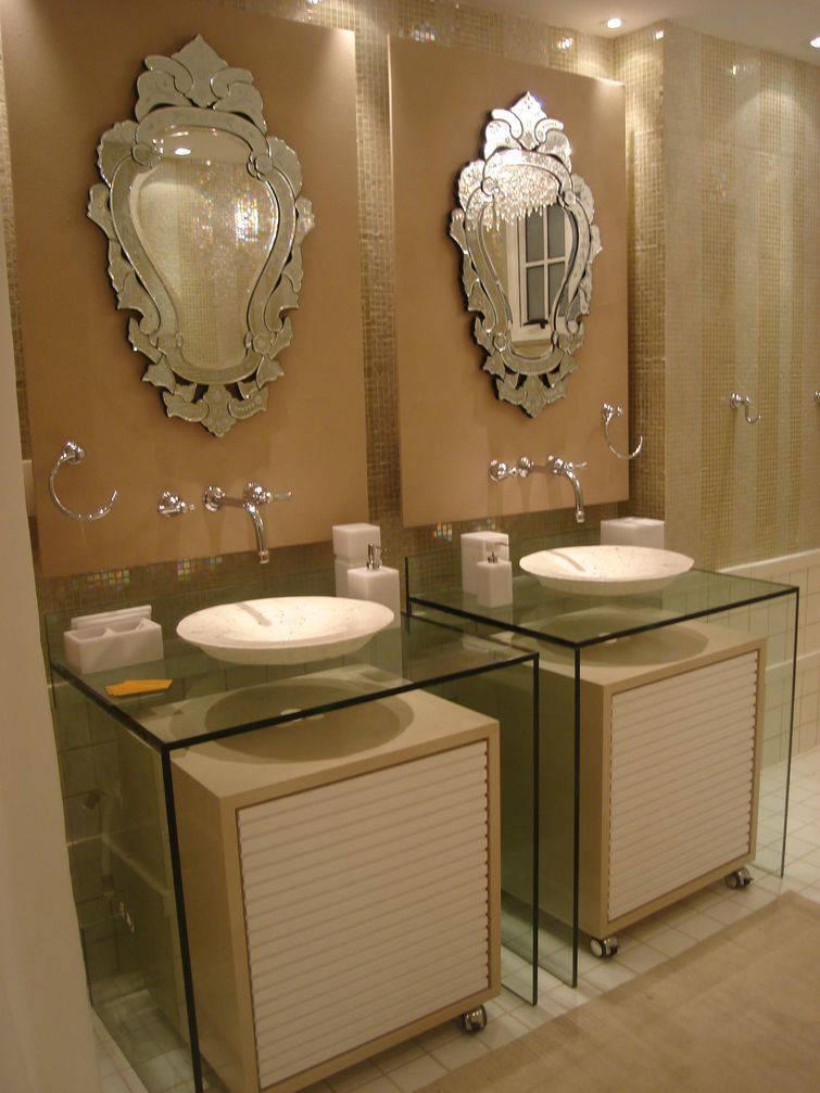 Os espelhos vitorianos são um charme a parte neste banheiro