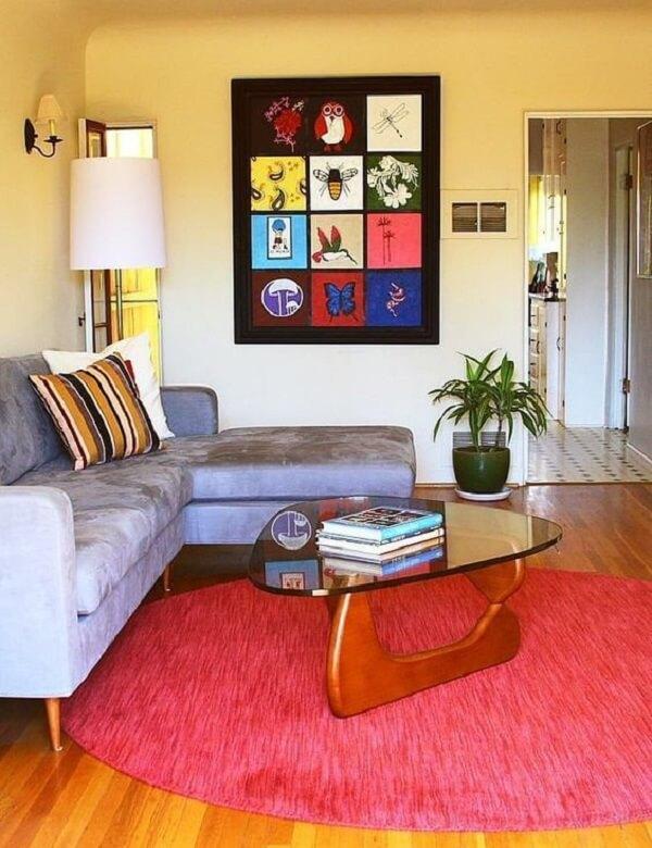 Modelo de tapete redondo rosa delimita a área da sala de estar