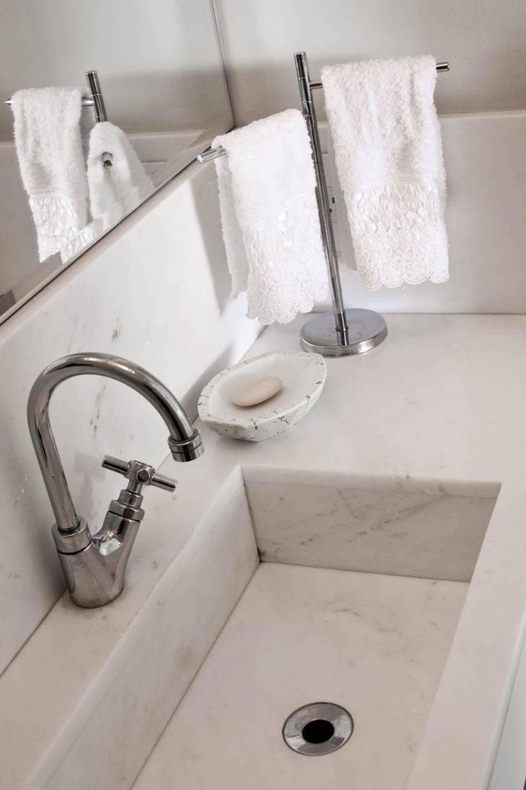 Detalhe de uma cuba para banheiro de mármore branco