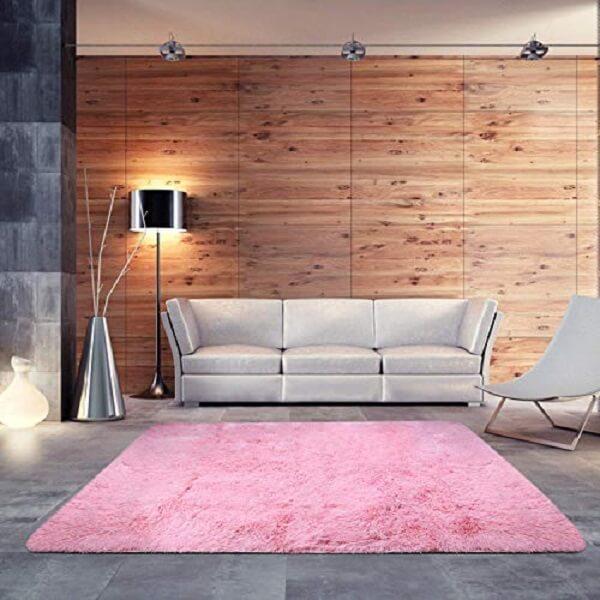 O tapete rosa chama a atenção no cômodo
