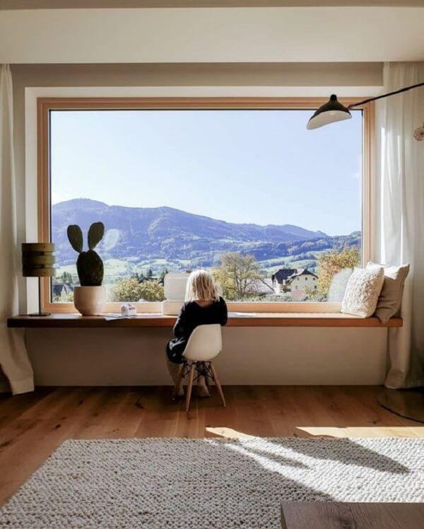 Procure fixar sua bancada suspensa próxima a janela para aproveitar a entrada de luz natural no ambiente