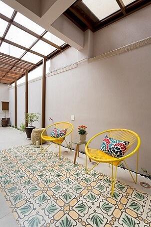 Almofadas decorativas coloridas em cadeiras amarelas Projeto de Juliana Conforto