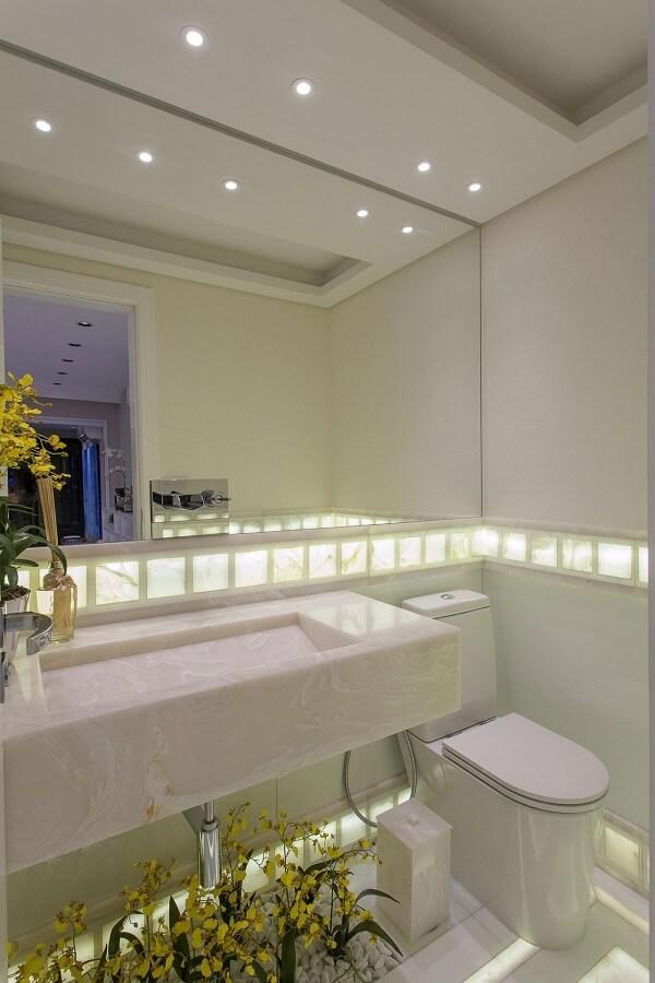 Cuba para banheiro esculpida e parede espelhada