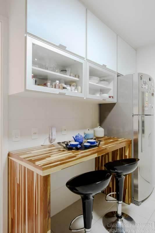 Armário de cozinha aéreo com bancada para café da manhã