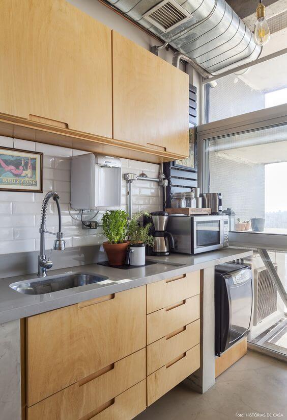Armário de cozinha de madeira com eletrodomésticos