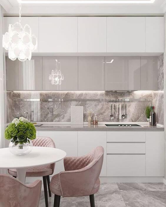 Armário de cozinha branco com detalhes rose