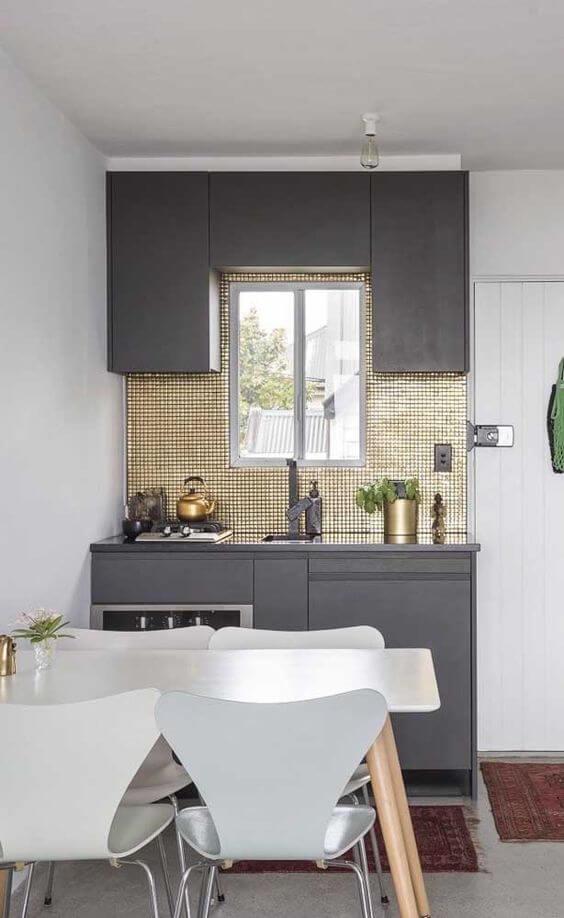 Armário de cozinha cinza e pequena
