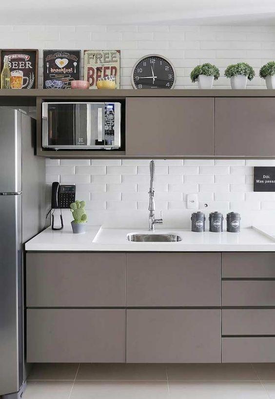 Armário de cozinha marrom com revestimento de tijolinhos