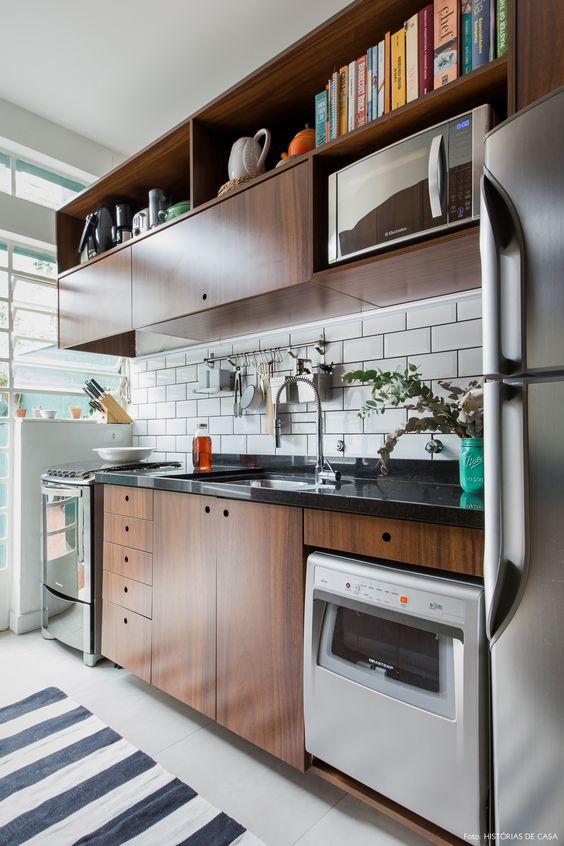 Armário de cozinha pequeno de madeira